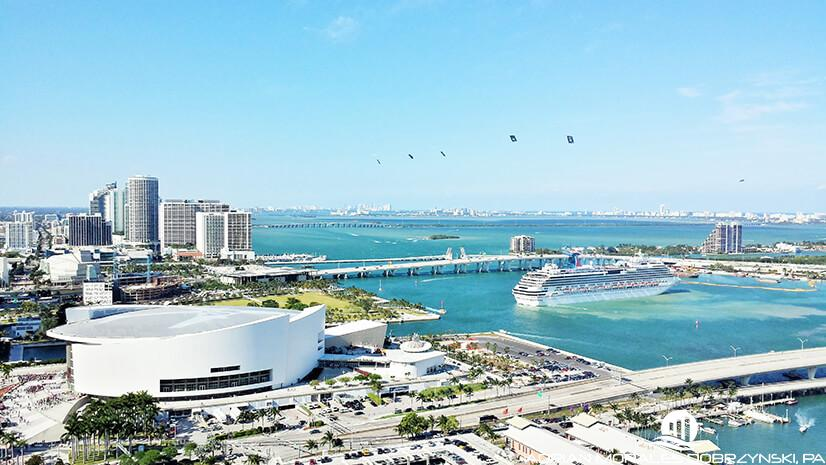 Amazing downtown view of the AA arena and a cruise arriving